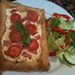 Tomato, ham and ricotta tarts