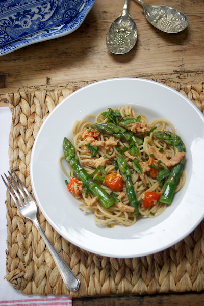 Creamy wholewheat spaghetti with bacon, asparagus and tomato: photo by Katie Bryson