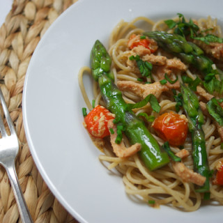 Creamy tagliatelle with bacon, tomato and asparagus